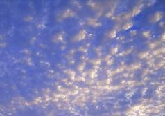 厚密云朵的天空